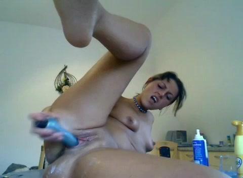 De geile huisvrouw smeert de vibrator met boter in en mastubeerd