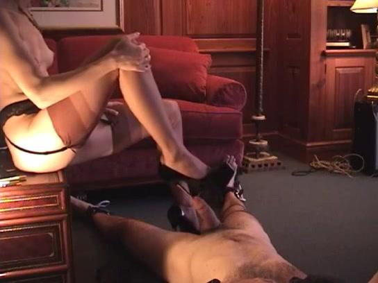 Met de hak van haar schoen penetreert ze zijn plasbuis