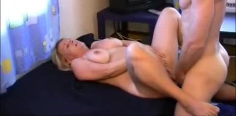 Deze geile huisvrouw word voor het eerst gefilmd tijdens het neuken