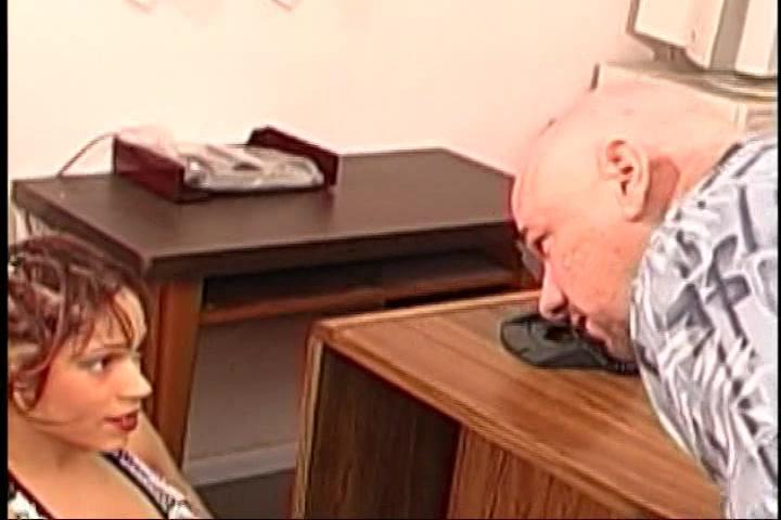 Geile Ebony pijpt en word geneukt door de oudere man