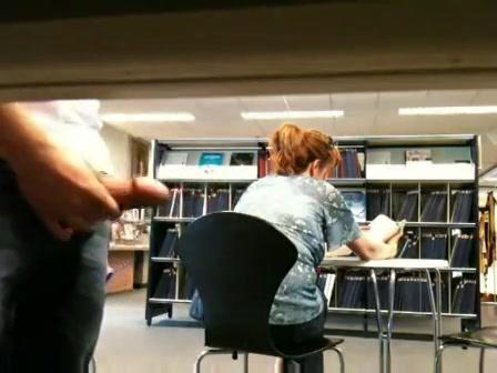 Stiekem trekt hij zich in de bibliotheek af en komt klaar