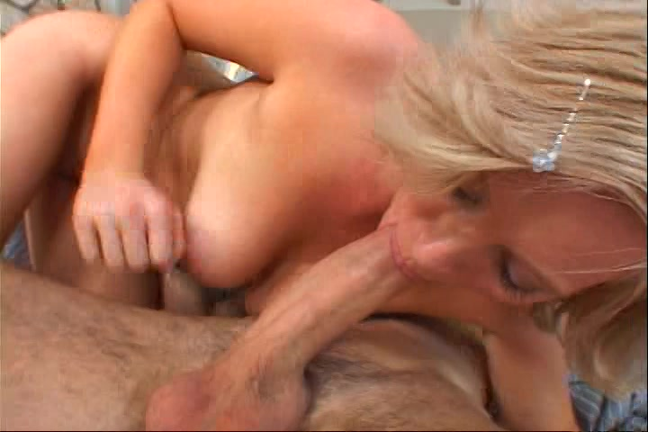 Sexy blonde milf werd porno ster uit haar liefde voor sex