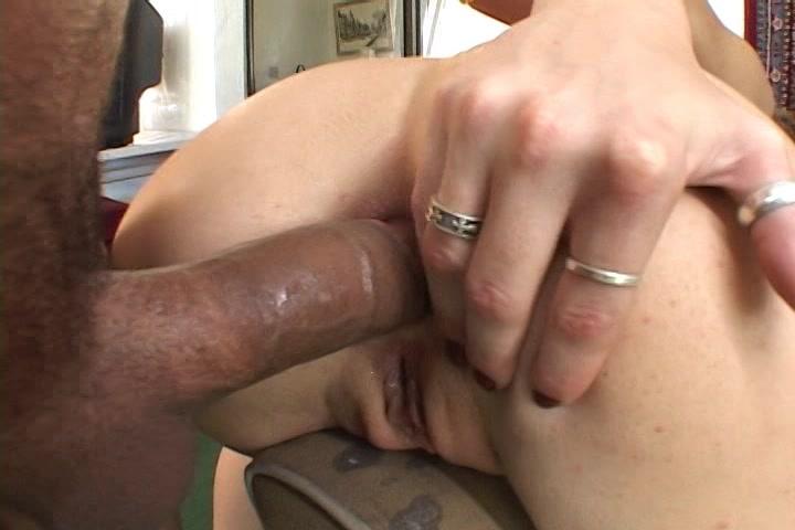 In deze trio sex komen twee mannen achter elkaar in haar anus klaar