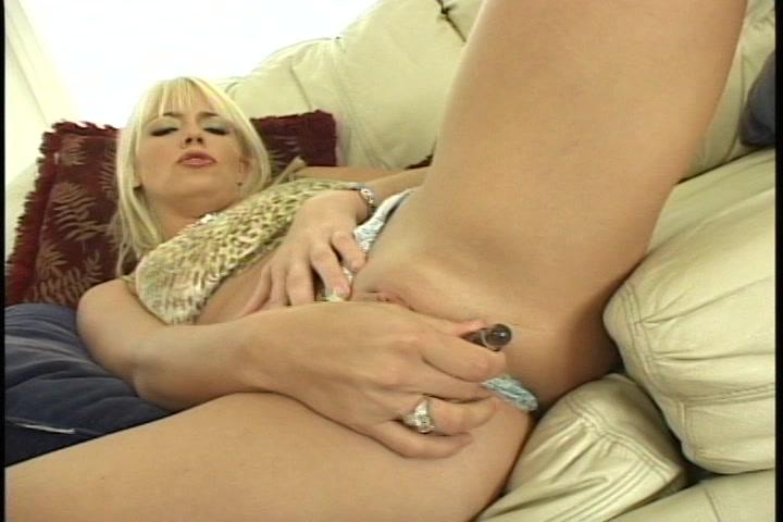 Blonde snol en haar geribbelde glazen dildo