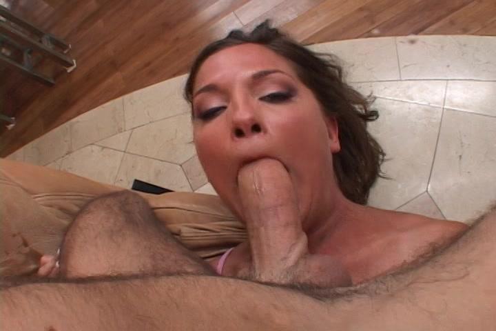 Ze pijpt en haar mond word geneukt en vol sperma gespoten