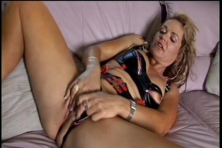 In sexy lingerie mastubeerd deze geile huisvrouw haar natte kut