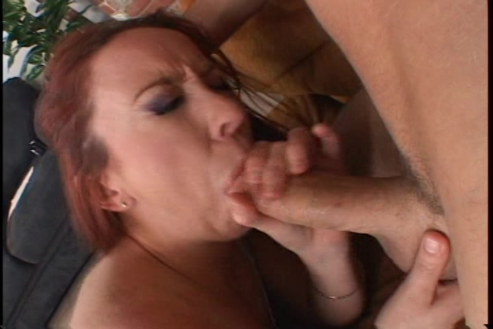 Deze roodharige laat haar gezicht vol sperma spuiten