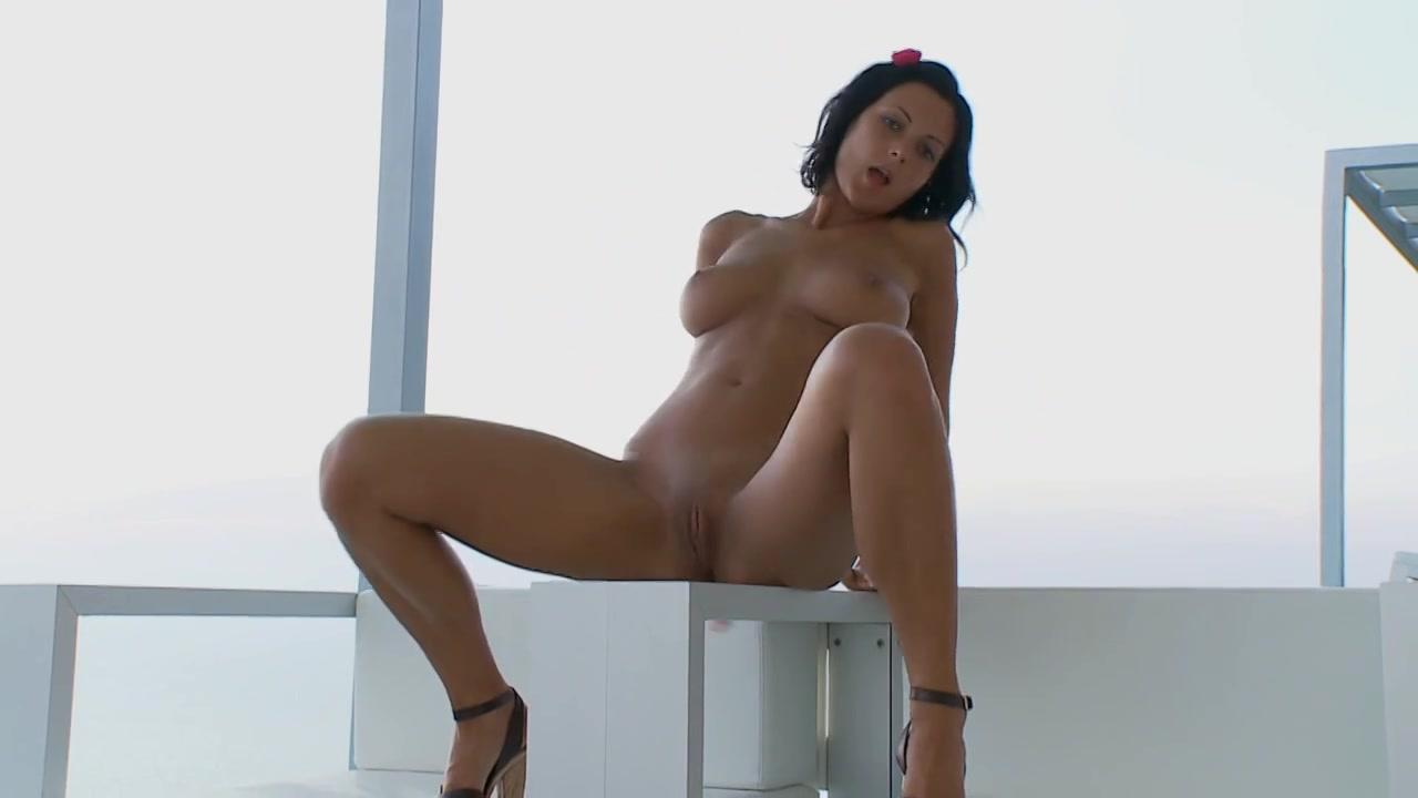 Vingerend en haar klit masserend krijgt ze een orgasme