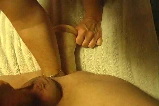 Ze geeft haar man een dubbel penetratie met een dildo en een vuist in zijn anus