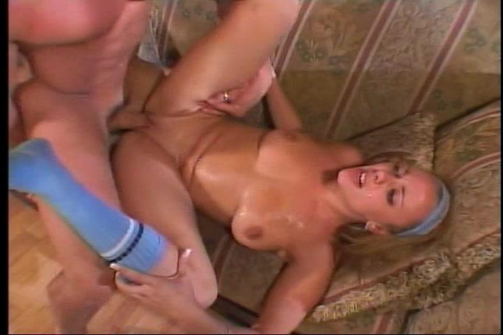 Meerdere keren laat de oudere man het meisje een spuitend orgasme krijgen