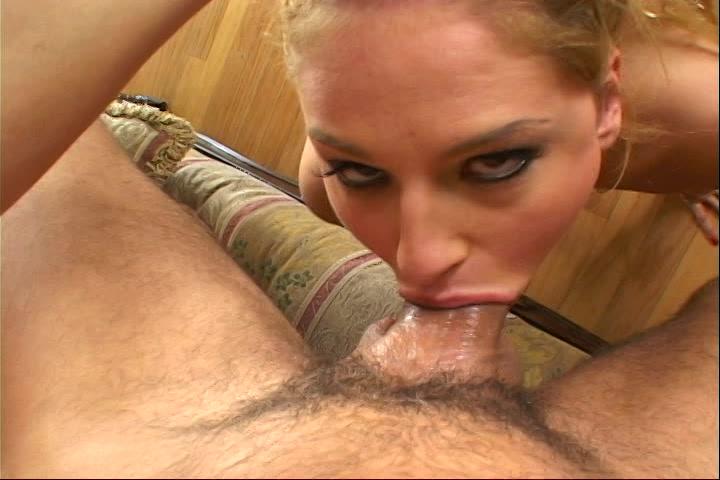Zijn stijve lul word gepijpt neukt haar keel en spuit de sperma in haar mond