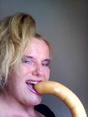 Kijk hoe diep de geile huisvrouw de dildo in haar mond steekt