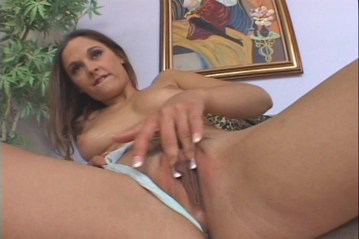Geil meisje duwt haar slipje opzij en mastubeerd tot ze een orgasme krijgt