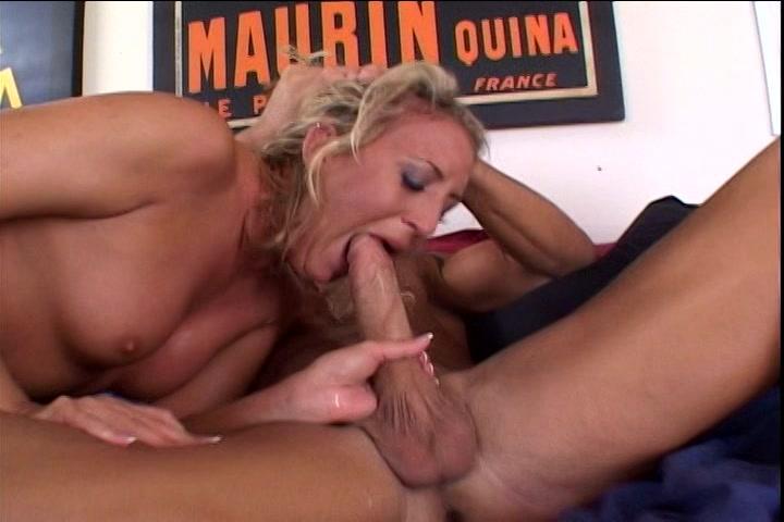 De grote lul laat haar kokhalzen als hij haar keel neukt