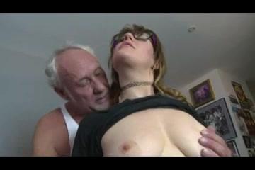 Opa beft het buurmeisje laat haar pijpen en neukt haar