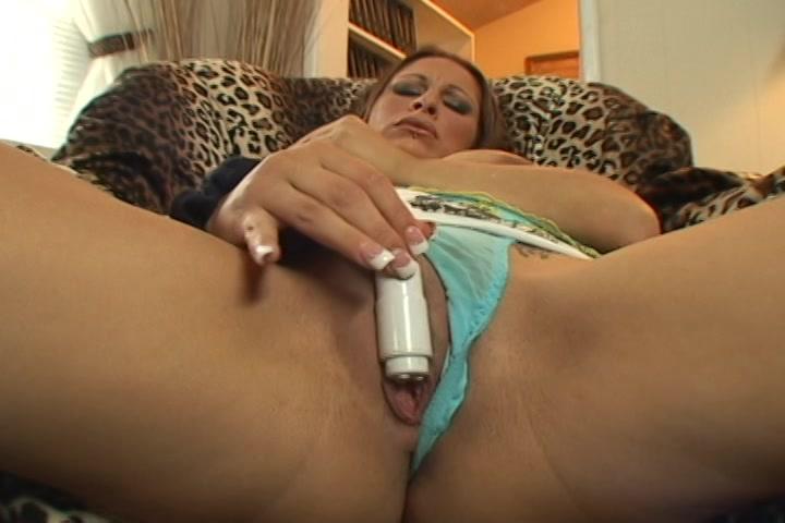 Met de kleine vibrator mastubeerd ze haar kut terwijl ze in haar hang tieten knijpt
