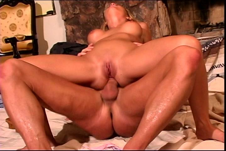 Niet alleen haar mond en kut neukt hij maar ook haar anus