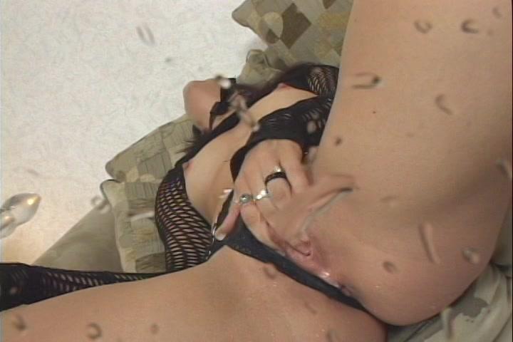 Liggend in sexy lingerie en met latex laarzen aan krijgt ze een spuitend orgasme