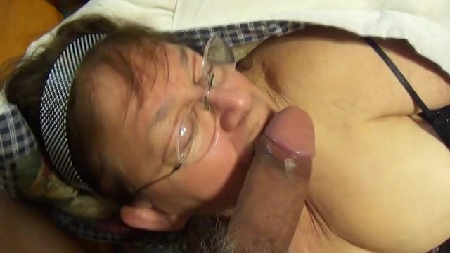 Mastuberend met de dildo pijpt de dikke oma de dikke lul die in haar mond klaar komt