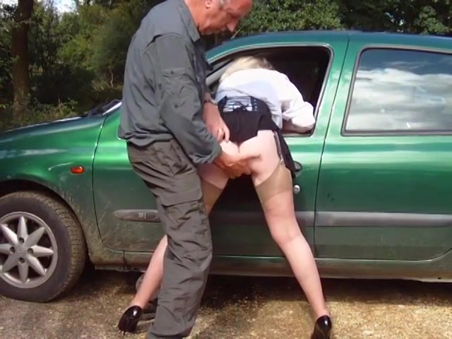 Op een parkeer plaats vingert de oudere man de hoer en komt op haar billen klaar