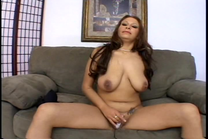De kleine vibrator laat deze geile huisvrouw een orgasme krijgen