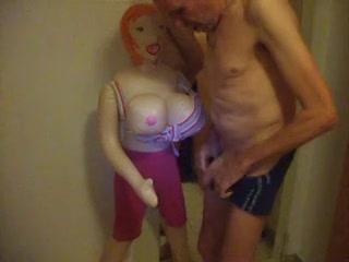 Zich aftrekkend met de sex pop komt hij in zijn onderbroek klaar