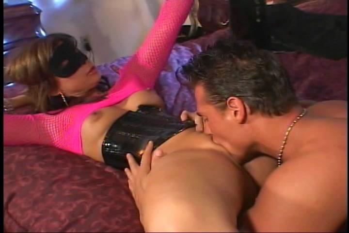 Hij vingert en beft haar kut word gepijpt en neukt vervolgens haar kut en anus