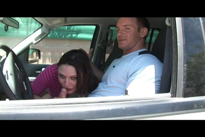 Als voorspel pijpt en trekt ze hem af in de auto