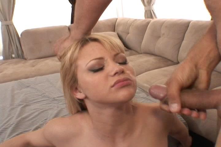 De sperma spat op haar gezicht als de grote lul klaar komt