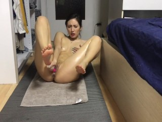 Chinese girl masturb after yoga in the dorm女友在家边瑜伽边自摸