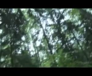 Een gespierde neger met een enorme lul spuit zijn zaad over de camera
