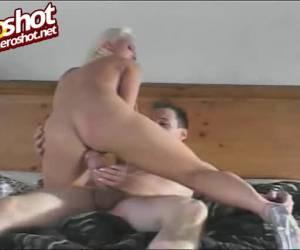 Geile porno babe masturbeert met twee sex toys
