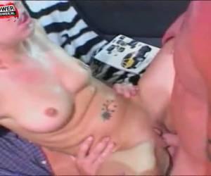 Twee mannen neuken tegelijk de kut en anus van het meisje