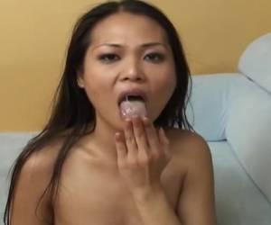 Aziatisch hoertje met haar mond vol sperma