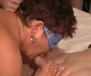 Terwijl de geile huisvrouw pijpt en geneukt word owrd ze gefilmd