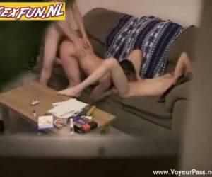 Bisex trio neuken en beffen op de sofa