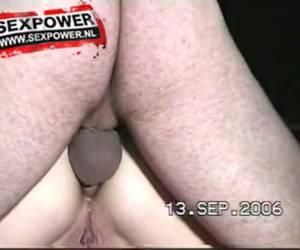 Geile slet in corset wordt diep en hard anaal geneukt