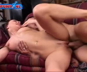 Deze geile babe gaat helemaal op in sex