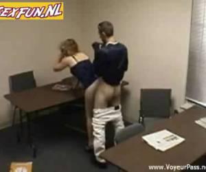 Baas neukt zijn secretaresse