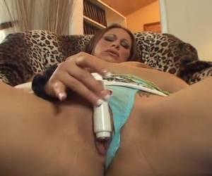 De kleine vibrator geeft de milf een orgasme