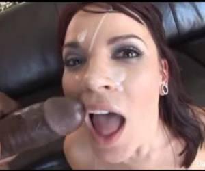 Met twee sex toys masturbeert deze jonge huisvrouw