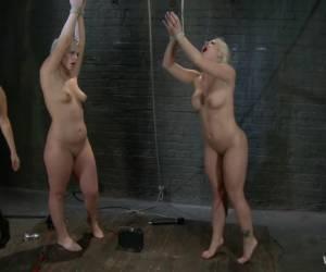 Met losse handen pijpt ze de twee grote neger lullen