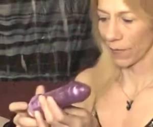 Rijpe dame slikt dildo alsof het een degen is
