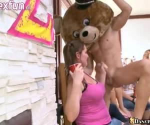 Voor pijp lustige sletjes heb je de strippers van Dancing Bear