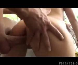 Tiener speelt met zijn pik