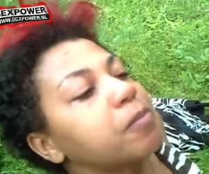 Geile ebony chick pijpt de grote lul van haar blanke vriendje.